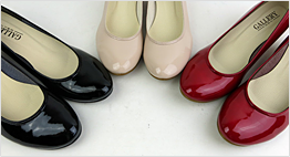 GALLERYでは小さいサイズのシンデレラサイズ靴を多数取り揃えています。お店はあまり在庫を抱えたくないものですので、需要に合わせて一般的なサイズのみを取扱う場合が多く、小さいサイズの靴は入荷数が少なくなりがちだと言われています。